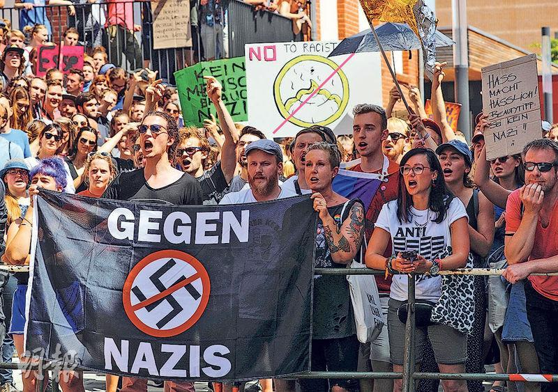 德國城市哈雷上月20日一個極右示威活動附近,有一班反對極右立場的民眾(圖)舉起反對納粹主義的橫額。(路透社)
