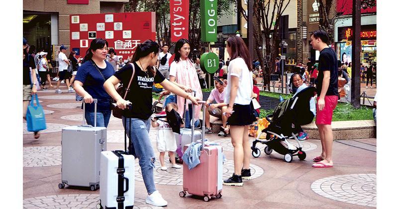 香港零售管理協會主席謝邱安儀指出,由於內地遊客憂慮香港的安全,押後來港計劃,甚至是更改目的地,有會員反映旅遊區店舖的人流跌幅不少於三成至五成,個別商戶更跌超過一半,對生意影響很大。(中通社)