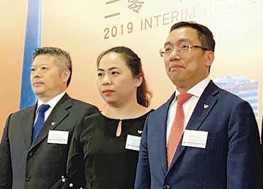 越秀房託主席兼行政總裁林德良(右)表示,寫字樓出租率受到中美貿易摩擦影響,已進行項目調整。