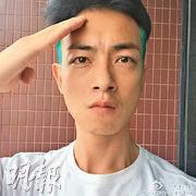 梁競徽昨日上載致敬照片,獲內地網民勁讚,並稱他是「愛國藝人」。(網上圖片)