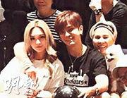 周揚青(左起)趕及在內地停赴台自由行前取得簽注,日前在台灣與小豬慶生,旁為小豬媽咪。(網上圖片)