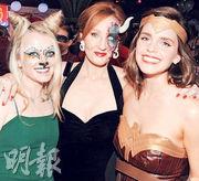 伊雲娜連治(左)和愛瑪屈臣參加化妝派對齊賀羅琳(中)生日快樂。
