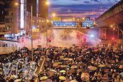 「反送中運動」引發的警民衝突演變得愈加劇烈,近日對前線仍堅持衝擊行動表示疑惑的聲音明顯增多。圖為7月28日警方在干諾道西重兵佈防,與示威者對峙的一刻。(李紹昌攝)