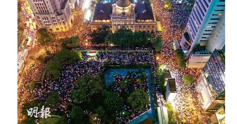 有公務員昨晚發起「公僕仝人,與民同行」集會,發起人稱有4萬人出席,參與者遍佈13個政策局,迫爆中環遮打花園,未能進入會場者要站出遮打道。馬路上的打氣聲傳回遮打花園,「香港人加油」響遍中環核心區。(賴俊傑攝)