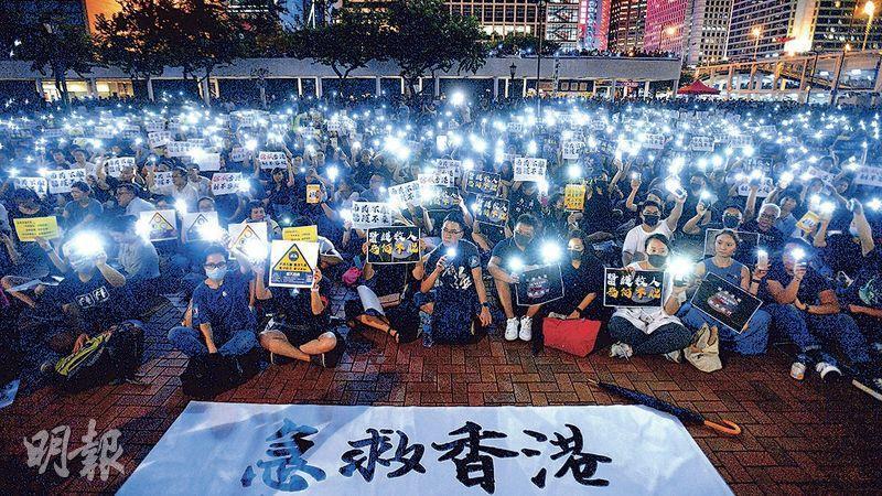 醫護及專職醫療人員昨晚在愛丁堡廣場發起集會,參加者身穿黑衣、戴黑色口罩出席,大會稱高峰時有過萬人參與;警方則稱高峰時有1300人。入夜後大批參與者舉起手機燈光呼籲「急救香港」,大會亦不時播放歌曲《問誰未發聲》。(楊柏賢攝)