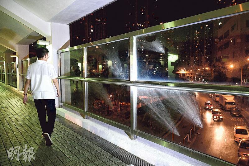 「速龍小隊」成員從地面向行人天橋上指罵警察的街坊開槍,玻璃圍欄遺下多個胡椒球彈痕迹。(賴俊傑攝)