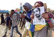 蘇丹首都的示威者周四拿着遇害學生照片,抗議保安部隊槍殺示威者。(路透社)