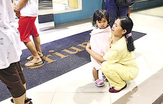 印尼蘇門答臘昨發生地震後,雅加達大批民眾疏散到戶外等待。(新華社)