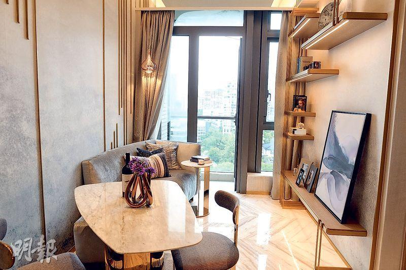 2房:16樓B室示範單位連裝修家俬,客廳設計以淺金色、灰白色及天藍色為主調,並配以梳化及餐桌。