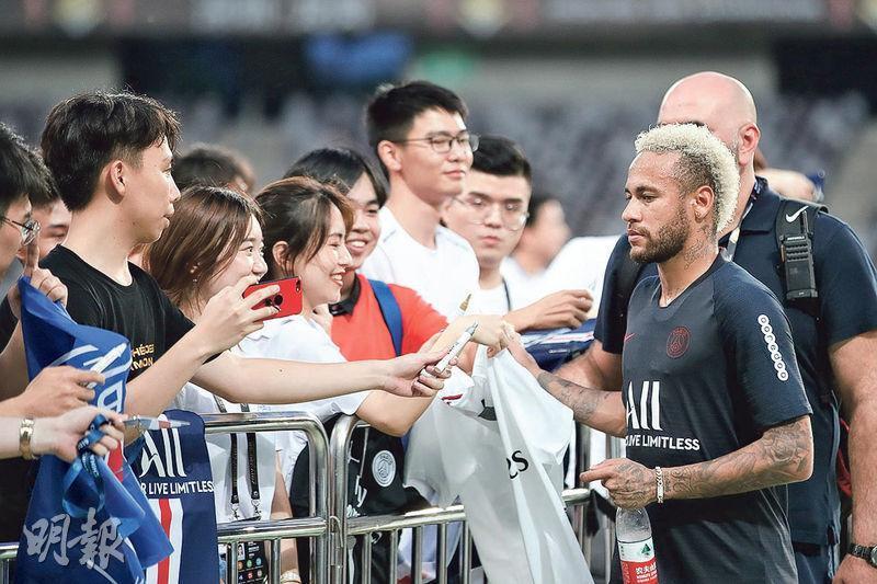 傳言尼馬(右前)不再為巴黎聖日耳門披甲,昨卻在深圳為球迷簽名留念。(Getty Images)