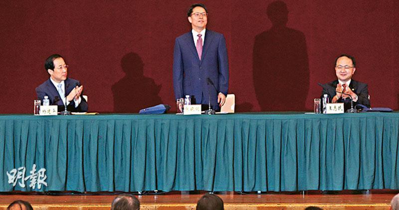 國務院港澳辦和中聯辦昨日在深圳舉辦香港局勢座談會,港澳辦主任張曉明(台上,中)形容香港正面臨回歸以來最嚴峻的局面,他沒明言會否出動解放軍,但引述已故國家領導人鄧小平在1984、1987年的講話,稱若香港出現動亂,中央一定會干預。左為中聯辦副主任楊建平,右為中聯辦主任王志民。(曾憲宗攝)
