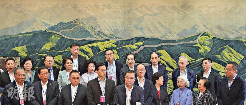 約550名政商界、青年、專業團體和社團代表昨日到深圳出席港澳辦和中聯辦召開的「關於香港當前局勢座談會」。多名全國政協委員和港區人代會後見記者,被問到香港是否出現動亂情况,全國人大常委譚耀宗(前排左五)認為香港現時情况很危險和嚴峻。前排右三為基本法委員會前副主任梁愛詩。(曾憲宗攝)