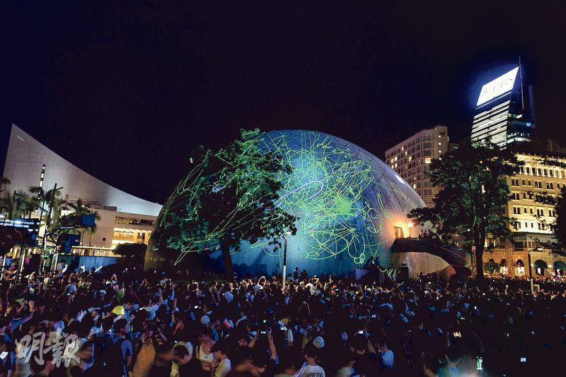 逾千市民聚集在太空館外「全民觀星」,抗議購買激光筆的浸大學生會長方仲賢被捕,部分市民帶同激光筆,並將藍綠光線射向已關門的太空館外牆,太空館頓變「地球儀」。(賴俊傑攝)