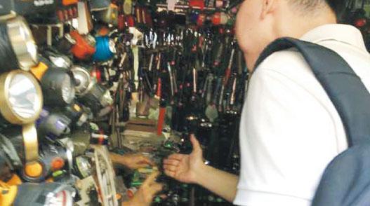 有頸掛委任證的白衫便衣警員昨午到鴨寮街售賣激光筆的攤檔調查,詢問開店和關店時間。