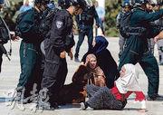 以色列保安部隊周日在阿克薩清真寺一帶跟巴人衝突。(法新社)