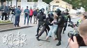 女示威者索斯諾夫斯卡亞(灰衣者)上周六遭警員拳打腹部,影片在社交網站瘋傳。(路透社)