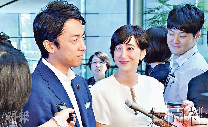小泉進次郎造訪首相官邸、向首相安倍晉三報告稱將結婚後,與瀧川克里斯汀一同向外宣布婚訊。(網上圖片)