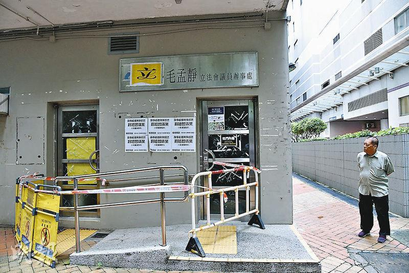 立法會議員毛孟靜屋邨辦事處玻璃門被破壞,及後一名醉漢報警自首。(蔡方山攝)