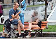 有研究發現,吸電子煙的年輕人吸大麻的機會亦較高。圖為烏克蘭首都基輔(圖)青年在吸電子煙。(法新社)