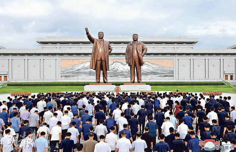 朝鮮官媒朝中社周五發布相片,大批民眾到兩名已故領袖金日成和金正日雕像前,出席紀念日本殖民朝鮮半島結束74周年。(路透社)