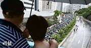 「光復紅土」遊行昨日在雨中舉行,沿途展現長長的雨傘人龍。(賴俊傑攝)