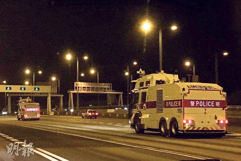 有網民拍攝到兩輛水炮車昨凌晨沿西隧過海,到港島戒備。(網上圖片)