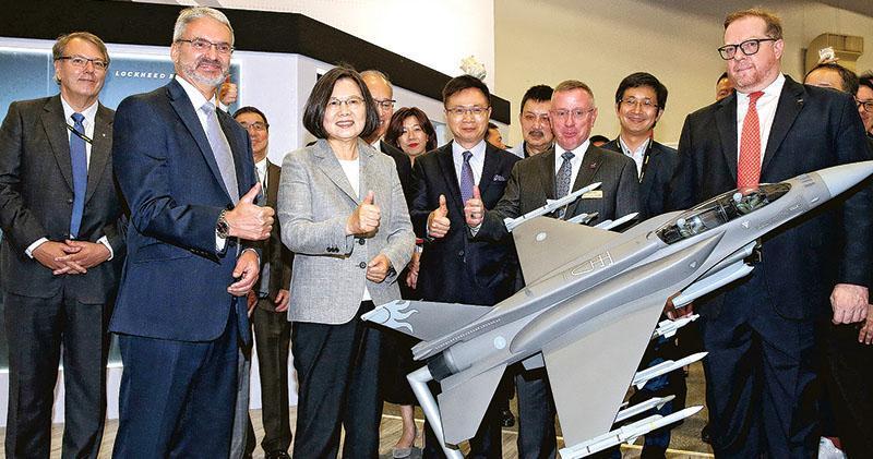 台灣總統蔡英文(前左二)本月15日參訪台北國際航太暨國防工業展時,體驗F-16戰機的模擬駕駛艙。她昨表示未來台灣將持續強化空防力,購入F-16V將令台灣空軍迎來新開始。(中央社)