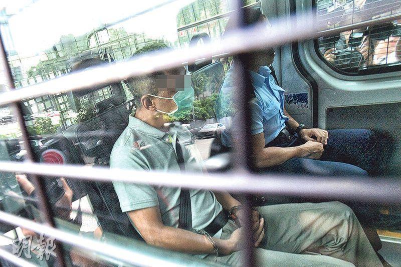 被告洪震(左)昨由警車押到觀塘裁判法院提堂,庭上他不時四處張望。(楊柏賢攝)