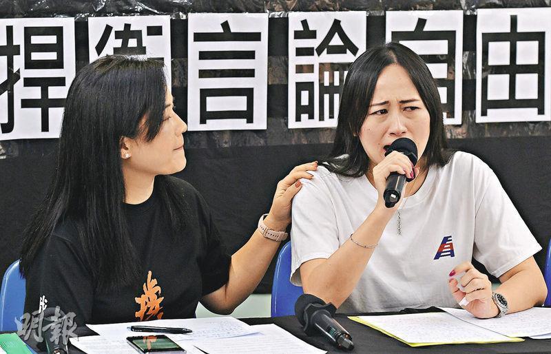 港龍航空公司空勤人員協會主席施安娜(右)稱,在港龍工作17年,與其他員工如同一家人,哭訴「從沒想過放棄公司,但公司放棄了我」。(楊柏賢攝)