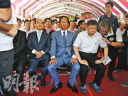 被指會結盟的台北市長柯文哲(前右起)、鴻海創辦人郭台銘、國民黨立委王金平,昨日在台北市八二三炮戰紀念公園出席公開活動,首度同框,不過3人並未商談合作。(中央社)