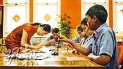 孔子學院會教授普通話、剪紙和書法等語言文化,但由中國官方編制課程、派遣教師等,限制了外國合作教育機構過問,惹人質疑為滲透外國影響對華評論的單位。(網上圖片)