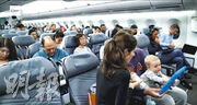 澳洲航空今秋測試由紐約及倫敦飛往澳洲悉尼的航班,以測試乘客能否承受長達19小時的航程。若成事將壓倒現時最長航線、連接新加坡與紐約的新加坡航空航班。該航線需時逾18小時,圖為去年10月該航班首航。(網上圖片)