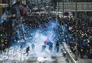 觀塘遊行後,警方與示威者再起衝突,戰線在九龍灣一帶。昨日傍晚6時許,大批示威者在偉業街一帶聚集,有人以激光照射,又有人掟石、鐵枝等,警方在宏利大樓外發射多枚催淚彈驅散。(賴俊傑攝)