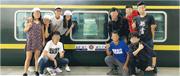 本報獲得一張懷疑是該批學生在青藏鐵路列車前的合照。翻查早前港大學生會校園電視一條同學疑在珠峰大本營被扣查的網上短片,當中穿綠色外套男生與此圖中一名男生(前排右一)樣貌相似。