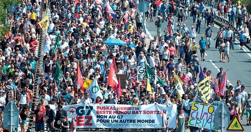 七國集團峰會在法國比亞里茨(Biarritz)舉行之際,昨日在法國邊境市鎮有幾千人反G7集會,並遊行往圖中的西班牙邊城伊倫(Irun)。(法新社)