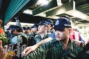 因應「荃葵青遊行」,港鐵昨午1時30分起暫停關閉葵芳站、荃灣站及荃灣西站,關閘前有防暴警進入葵芳站大堂,並將記者趕離。(賴俊傑攝)