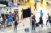 有市民拍攝到,荃灣眾安街有兩名藍衣人及一名男子與一批疑似示威者有肢體衝突,片段未有顯示他們爭執原因。藍衣人之後從的士車尾箱取出鐵通追打示威者。(網上片段截圖)