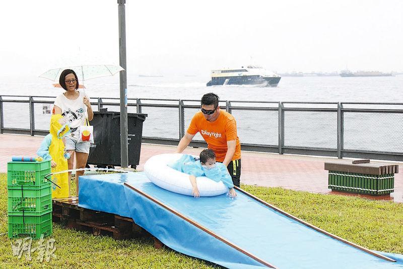 中西區豐物道海濱休憩用地噚日啟用,雖然一直落雨,但有團體如常舉行活動,畀孩子嬉水作樂。(林欣澤攝)