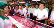 受非洲豬瘟疫情影響,8月以來內地豬肉價格持續上升,已突破歷史最高均價。圖為8月20日,李克強(右二)在哈爾濱考察期間到菜市場了解豬肉價格變動和銷售情况。(中新社)