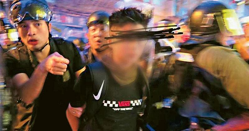 前日「荃葵青遊行」,警察在楊屋道清場時拘捕一名12歲男童(被遮蓋面容者)。當時在場、欲陪同男童到警署的「陣地社工」成員陳虹秀憶述,男童被捕時戴眼罩及防毒面具,雙手被索帶反綁背後,不時點頭回應警察;後來警方拒絕社工陪同,稱已即時聯絡男童家長,家長及律師亦順利到警署陪男童錄口供。(SocREC提供已遮蓋男童面容圖片)