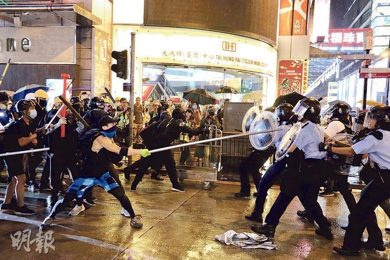 前晚前往處理荃灣二陂坊破毁店舖事件的警員,在沙嘴道與大批黑衣人爆發衝突,有人以長鐵通擊打警察。警方指警員當時欠缺防暴裝備,只配備警棍與圓盾等。(新華社)