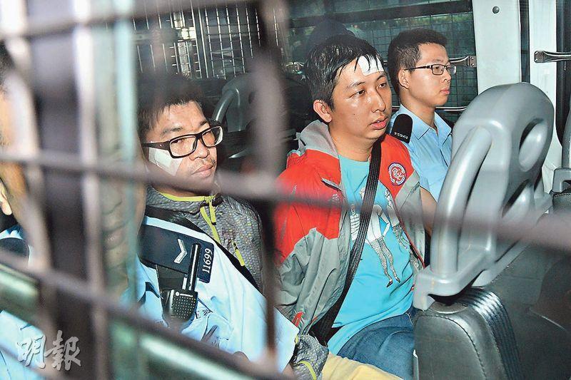 麗晶花園居民林志興(左)和凌承宗(中)昨由囚車押到觀塘裁判法院應訊,兩人面頰及額頭分別貼上紗布。(楊柏賢攝)