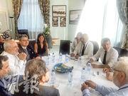 伊朗外長扎里夫(左二)周日突然出席G7的場邊會議,他在Twitter發布的照片顯示他跟法國總統馬克龍(右二)、法國外長勒德里昂(右三)等官員會面。(法新社)