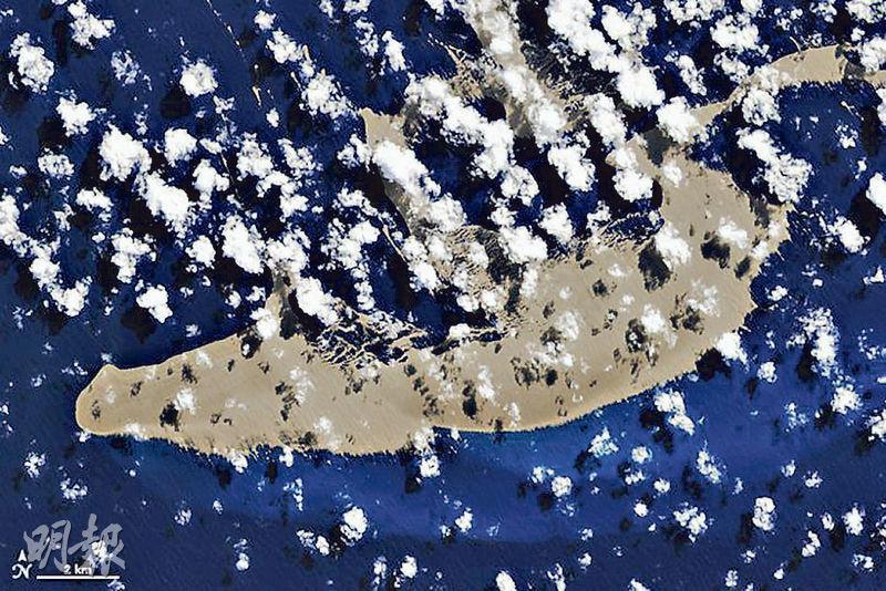 位於南太平洋的火山浮石島(圖)可能附帶大量生物,為澳洲大堡礁重新注入生機。(網上圖片)