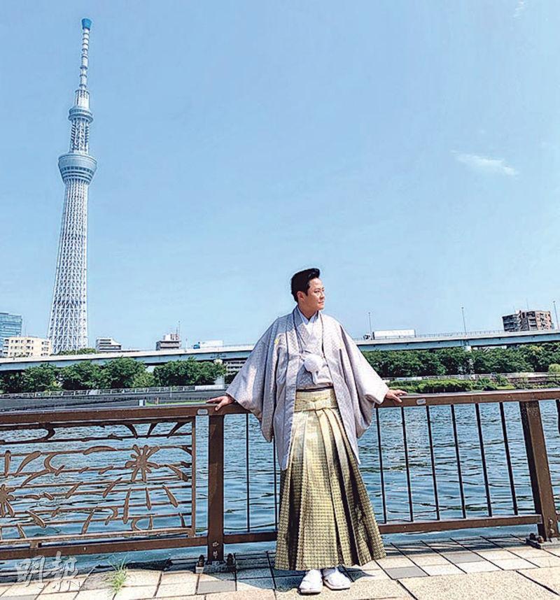 穿上日本新郎和服的蔡一傑在東京街頭拍MV。