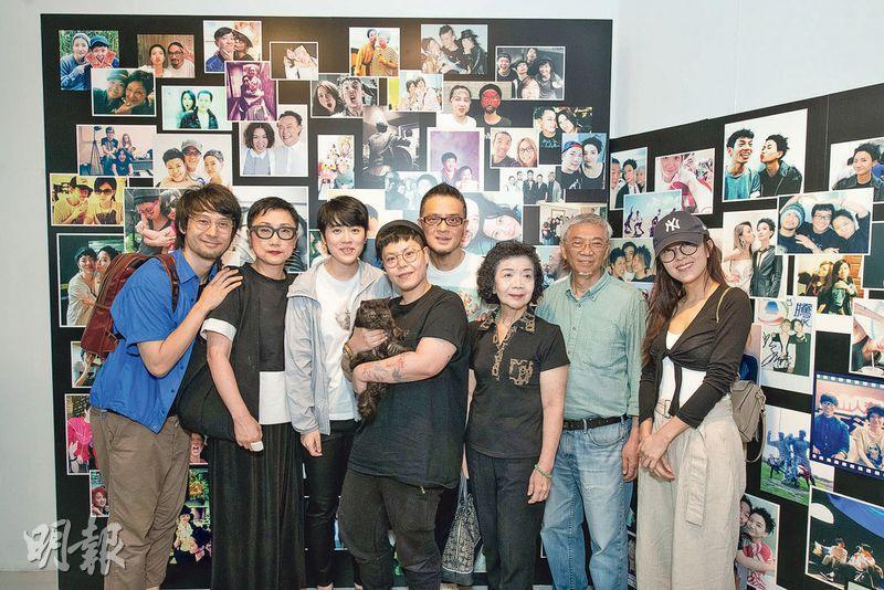 劉天蘭(左二起)、岑寧兒、林二汶與盧凱彤的愛貓「蘇菲」、黃耀明、Ellen的母親及父親、唐詩詠等出席展覽。