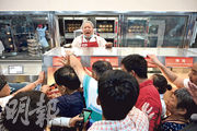 Costco上海店昨日開幕,顧客瘋搶37.9元人民幣的烤雞等食品。內地傳媒報道,作為全球第二大零售超市的Costco以「量大、質優、價格低」吸引消費者,其中食品類商品價格可比市場價低10%至20%。(法新社)