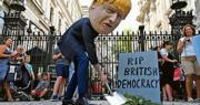 一名打扮成英國首相約翰遜模樣的示威者昨在倫敦唐寧街抗議,諷刺約翰遜葬送英國的民主。(法新社)