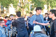 澳洲政府跟大學聯合設立防範外來勢力影響的工作組,疑跟親北京團體近年恫嚇、滋擾爭取民主華裔人士活動有關。圖為中國大陸留學生(左方黑衣)早前干擾昆士蘭大學的反修例集會,與戴眼鏡的香港學生發生推撞。(資料圖片)