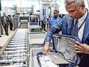 美國邊境人員檢查入境者手機等電子裝置的做法惹質疑。圖為5月17日紐約甘迺迪機場保安人員抽查旅客的手提電腦檢查。(路透社)